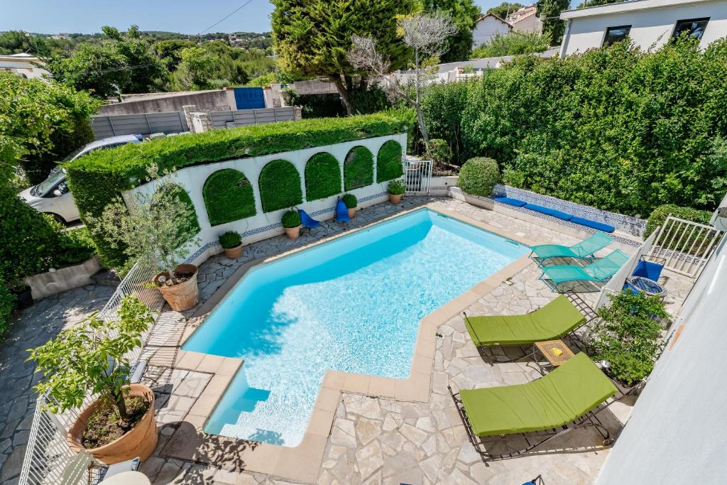A view of the pool at Le Patio des Mimosas par Dodo-a-Cassis or nearby