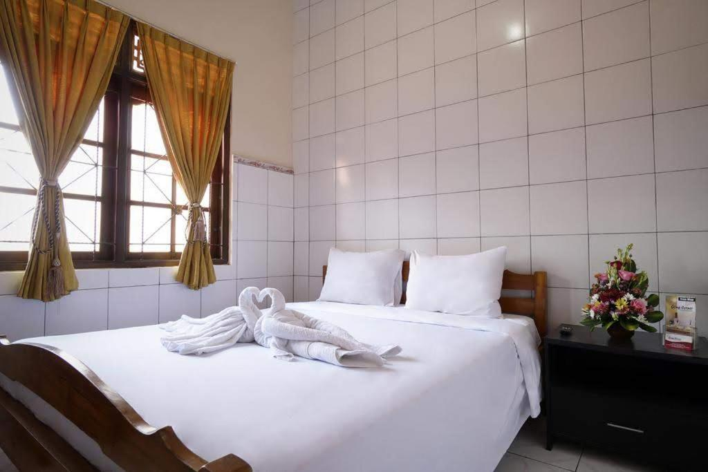 A bed or beds in a room at OYO 3694 Gong Corner Guest House 2