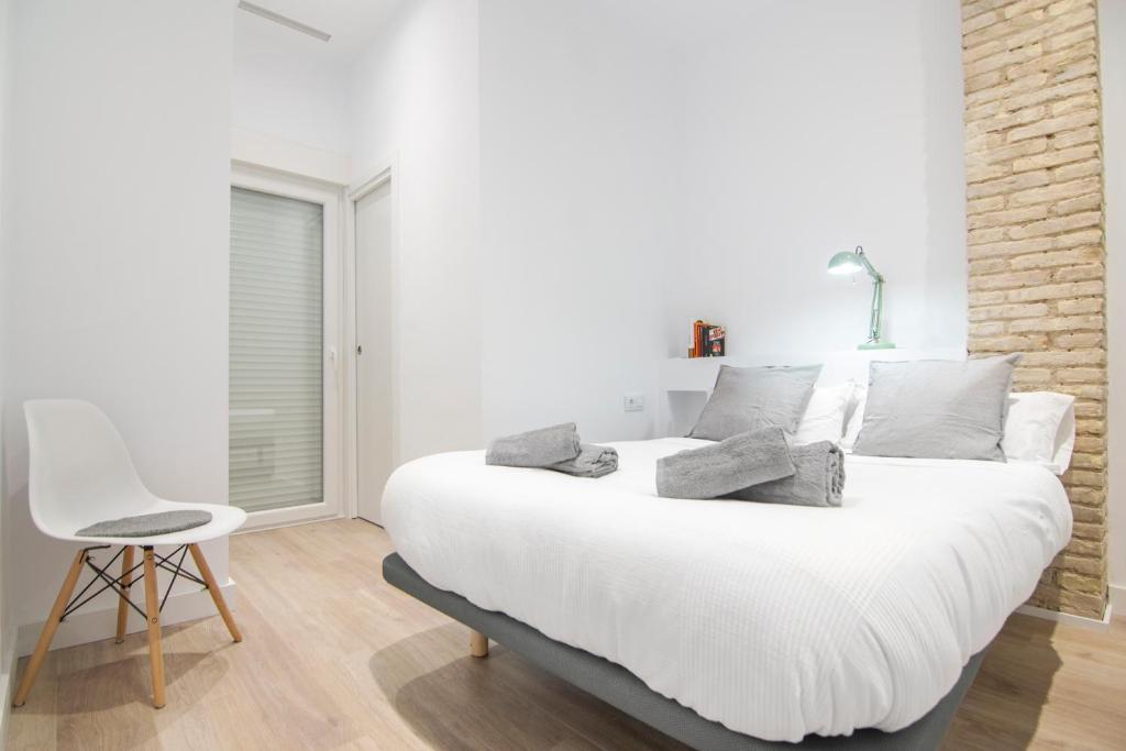 Bonitas HABITACIONES con ladrillo vista y balcón, Valencia – Precios  actualizados 2021