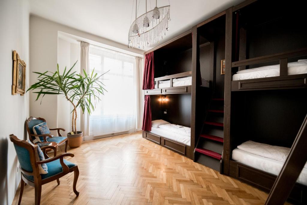 Palanda nebo palandy na pokoji v ubytování Vienna Boutique Hostel