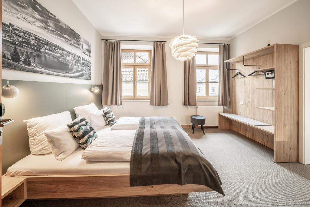 A bed or beds in a room at Hotel Am Markt