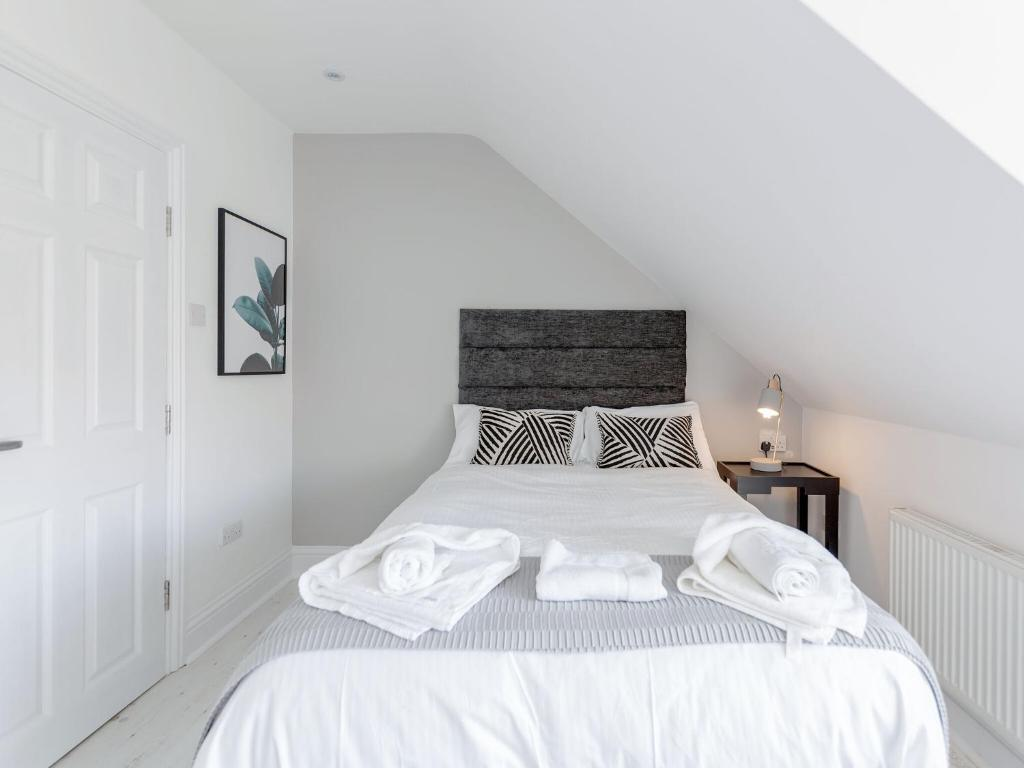 A bed or beds in a room at Alluring Holiday Home in Watford near Harry Potter Studio