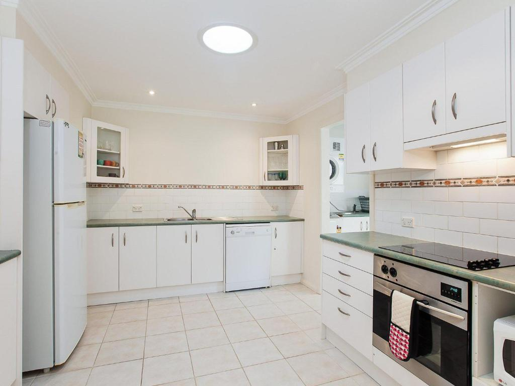 A kitchen or kitchenette at Happy Tails' , 55 Pantowora Street - pet friendly, air conditioned