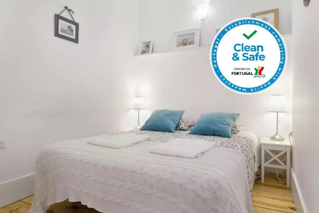 Uma cama ou camas num quarto em Oporto Invite Flores Historical Ctr