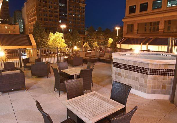 A restaurant or other place to eat at Courtyard Memphis Downtown