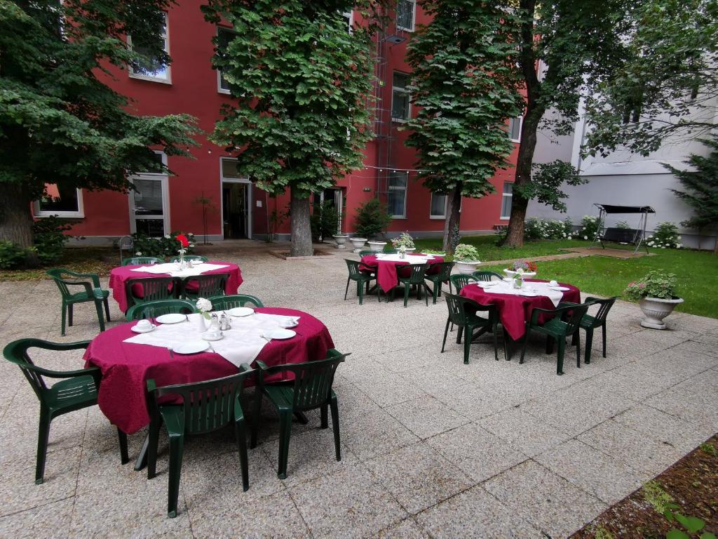 A restaurant or other place to eat at Garten- und Kunsthotel Gabriel City