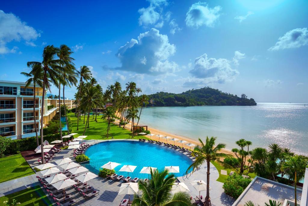 منظر المسبح في فندق كراون بلازا بوكيت بانوا بيتش او بالجوار