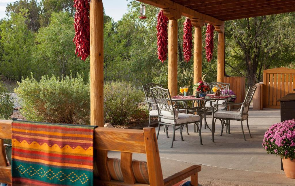 A restaurant or other place to eat at Casa Escondida Bed & Breakfast