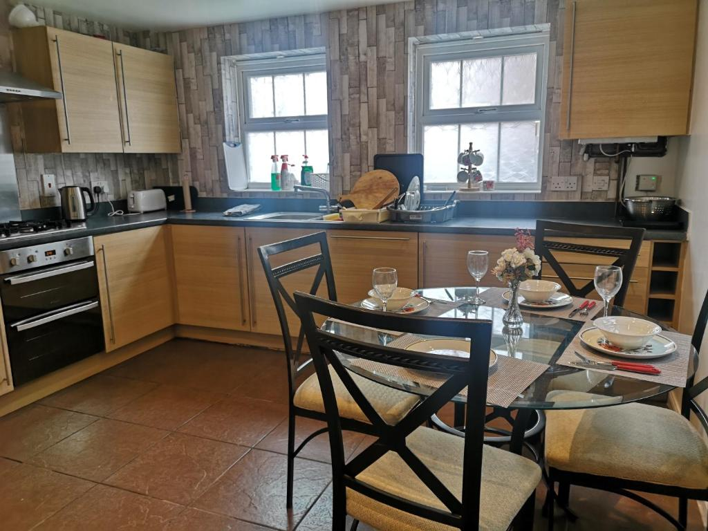 A kitchen or kitchenette at Mannys Lodge