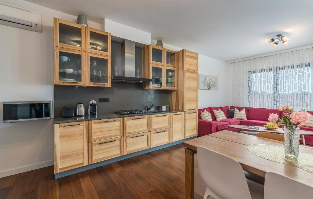 A kitchen or kitchenette at SPADA Apartment 3 bedrooms near the beach!