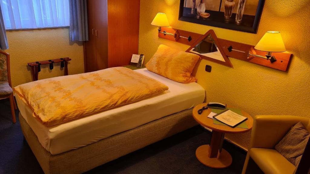 Ein Bett oder Betten in einem Zimmer der Unterkunft Hotel Singender Wirt