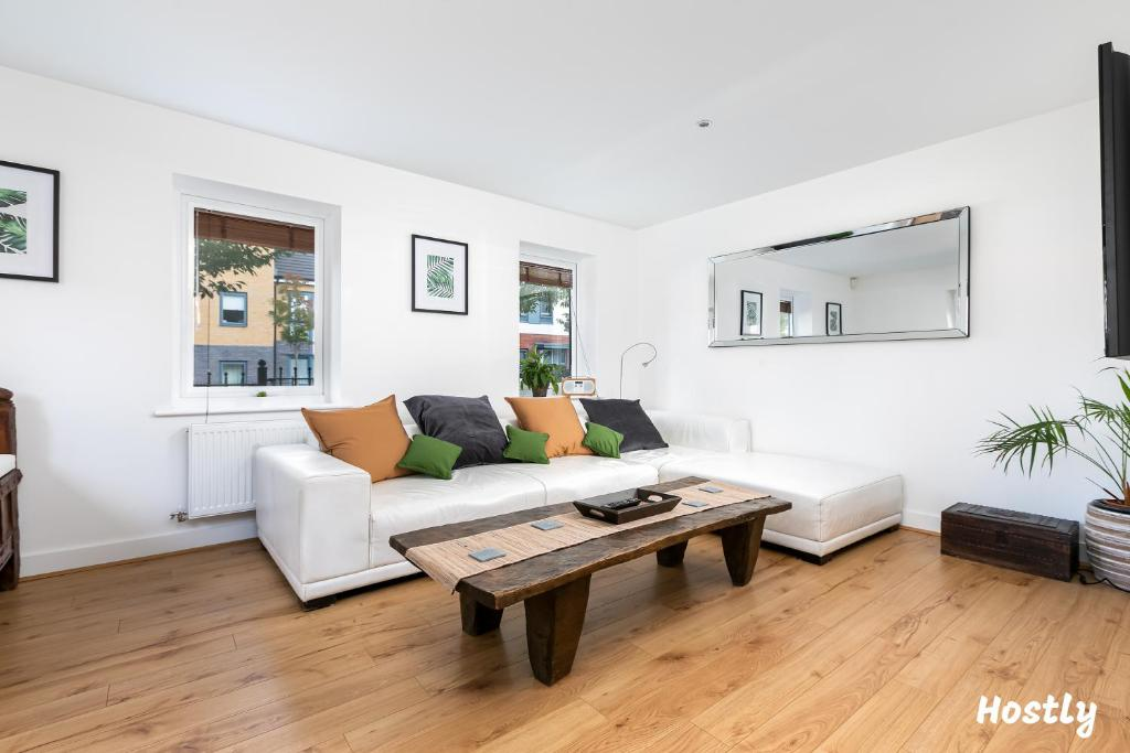 A seating area at Elephant Court - Comfortable, spacious house with parking