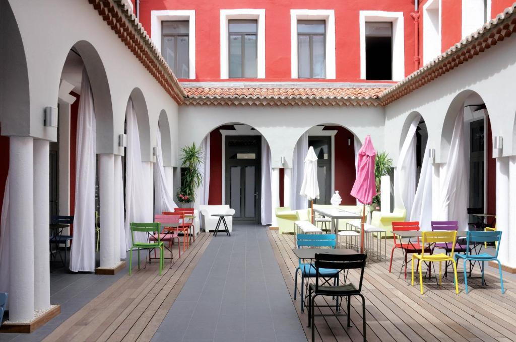 A restaurant or other place to eat at Hôtel De Paris