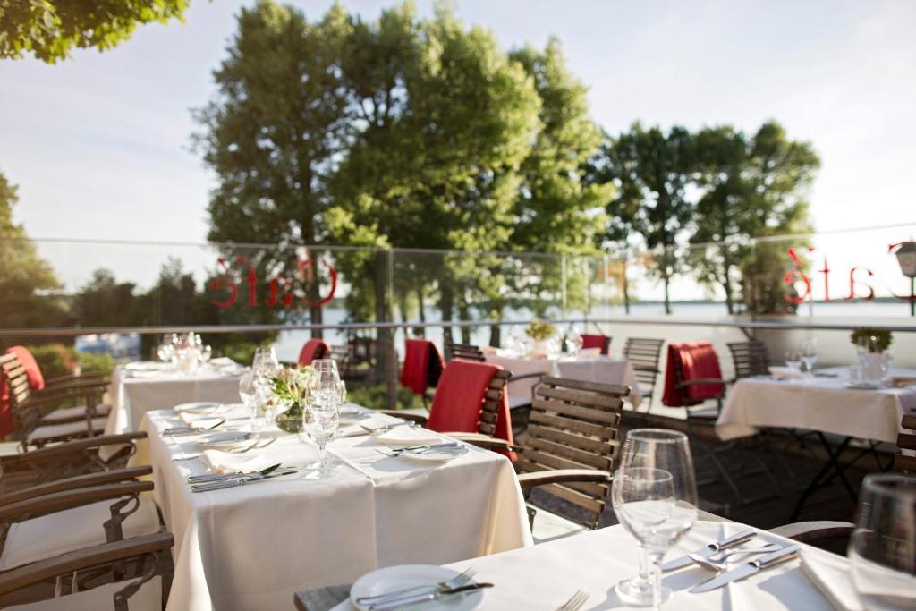 Ein Restaurant oder anderes Speiselokal in der Unterkunft Hotel Kleines Meer