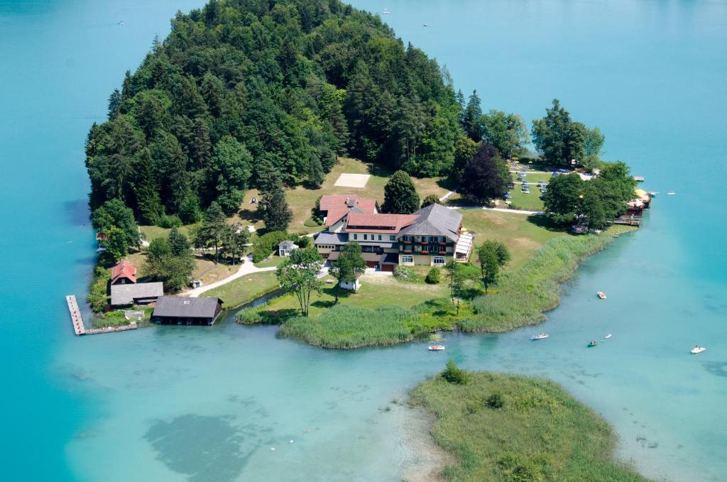 Blick auf Inselhotel Faakersee aus der Vogelperspektive