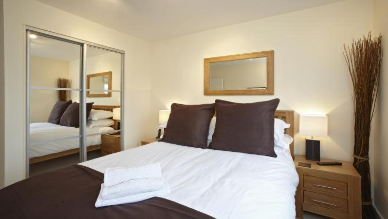 A bed or beds in a room at Luxurious Modern Apartment with Spacious Balcony