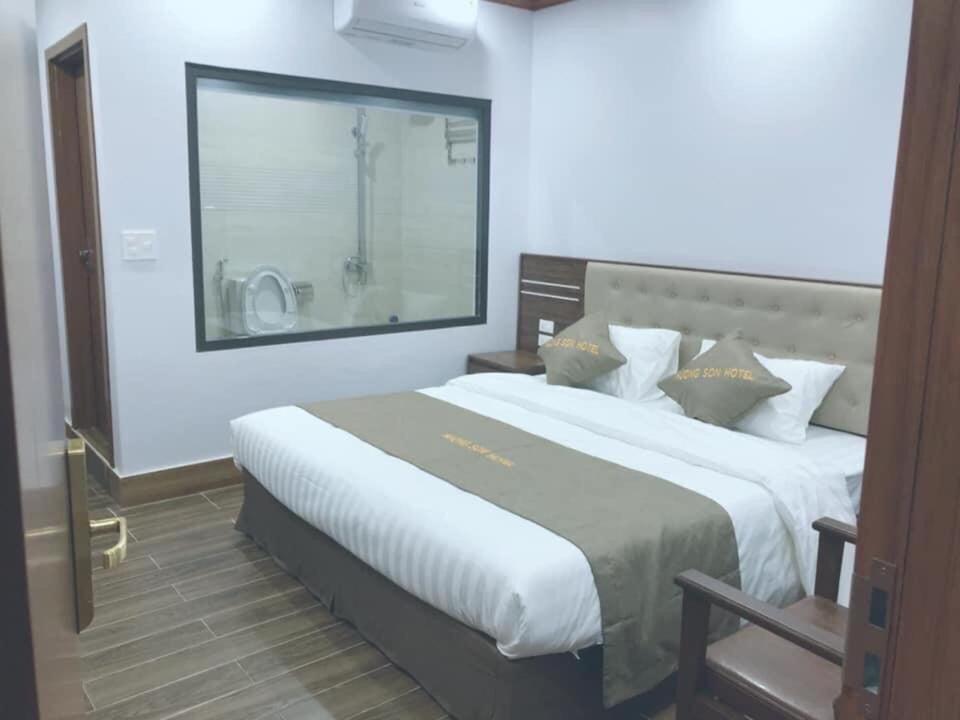 A bed or beds in a room at Khách sạn Hương Sơn