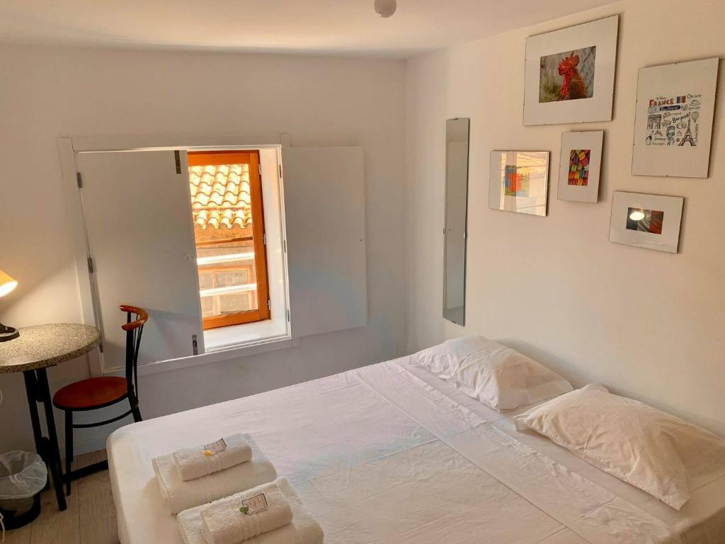 A bed or beds in a room at Le Mundi Guesthouse