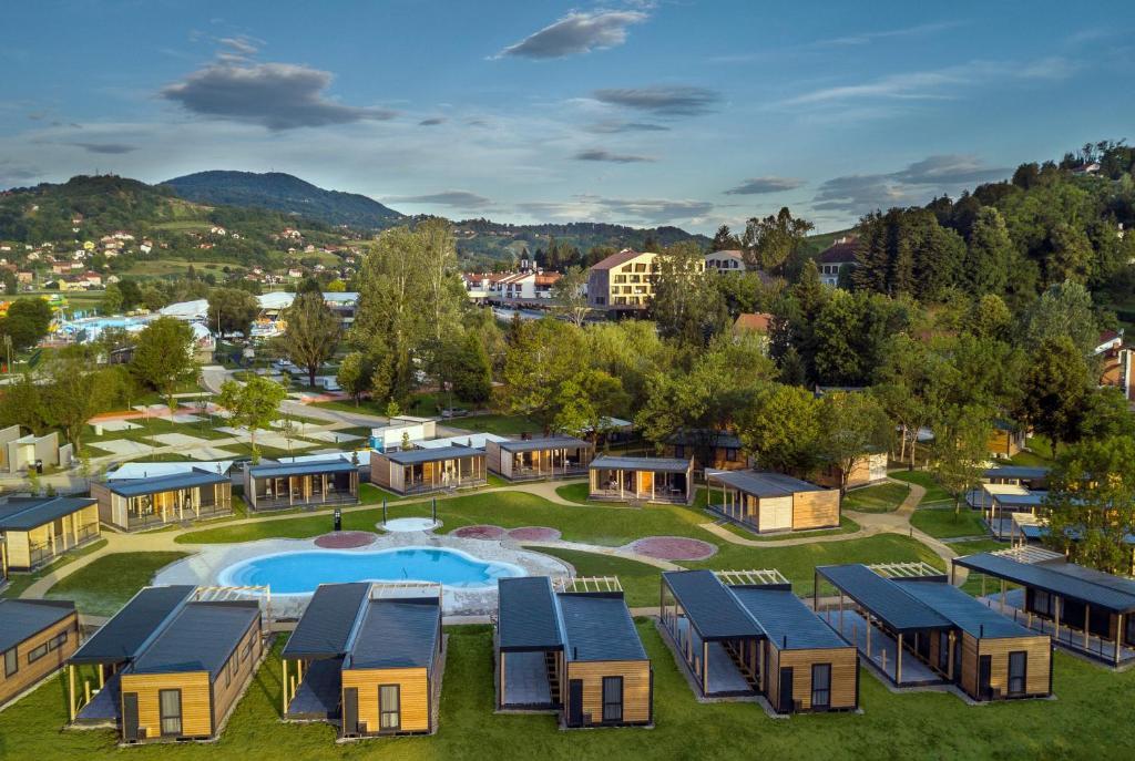 Blick auf Glamping Village Terme Tuhelj aus der Vogelperspektive