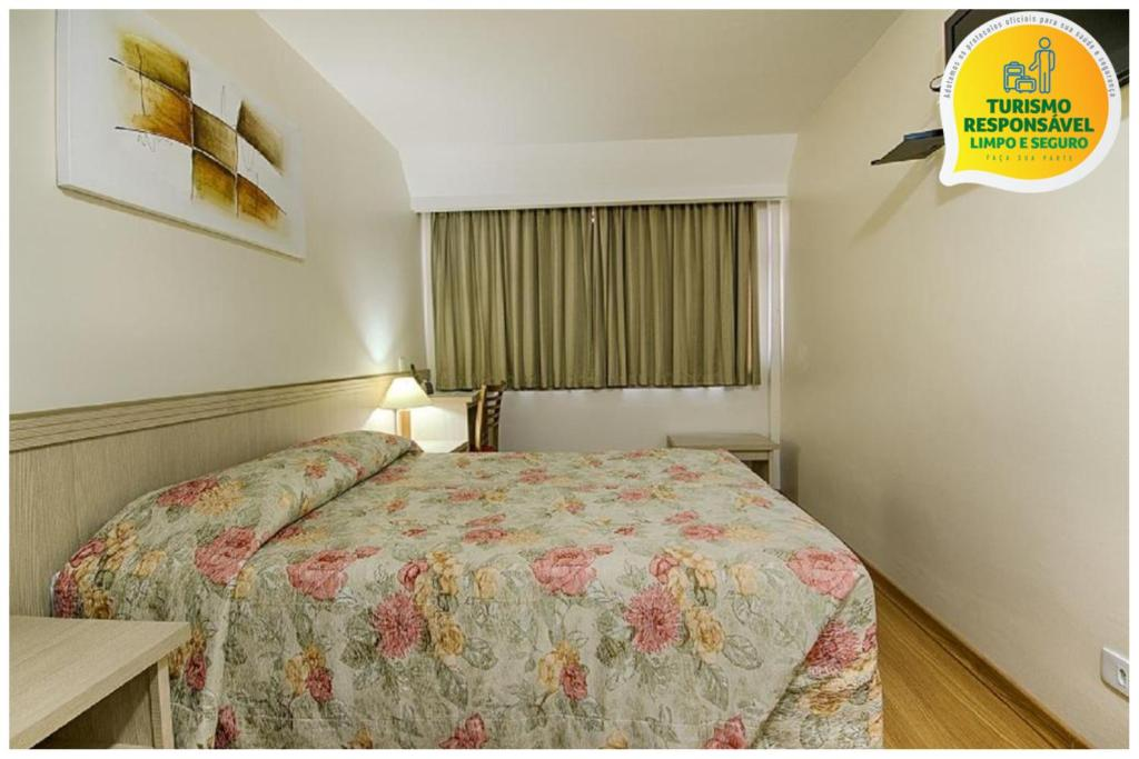 A bed or beds in a room at Hotel Golden Park Curitiba