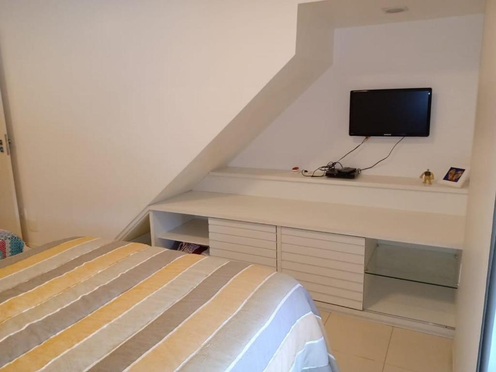 A bed or beds in a room at Apto Duplex Portinho Caieiras