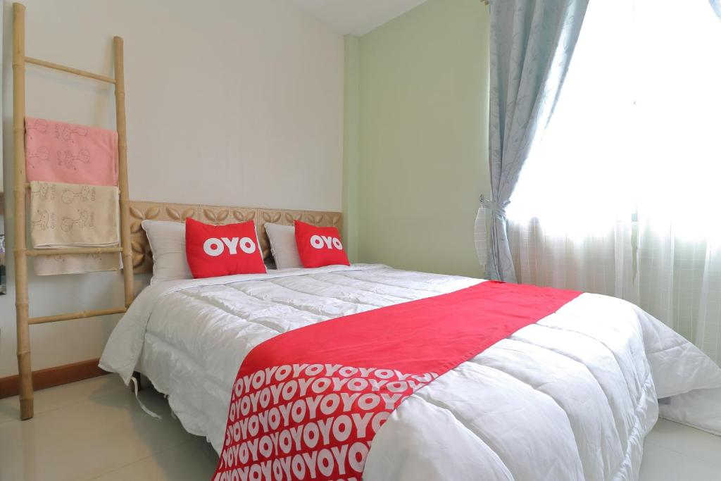 A bed or beds in a room at OYO 872 Saen Sabai Hostel