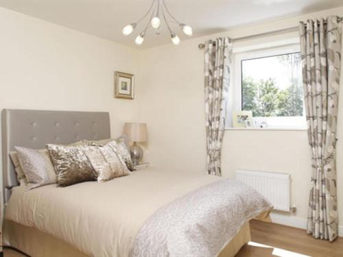 A bed or beds in a room at Apple House Guesthouse Heathrow Airport