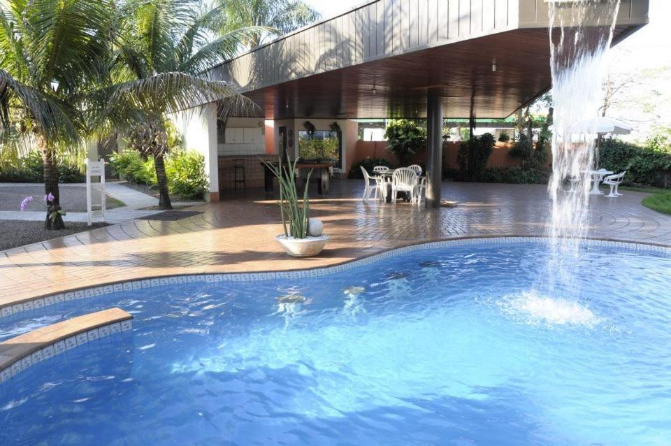 A piscina localizada em Vila Romana Park Hotel ou nos arredores