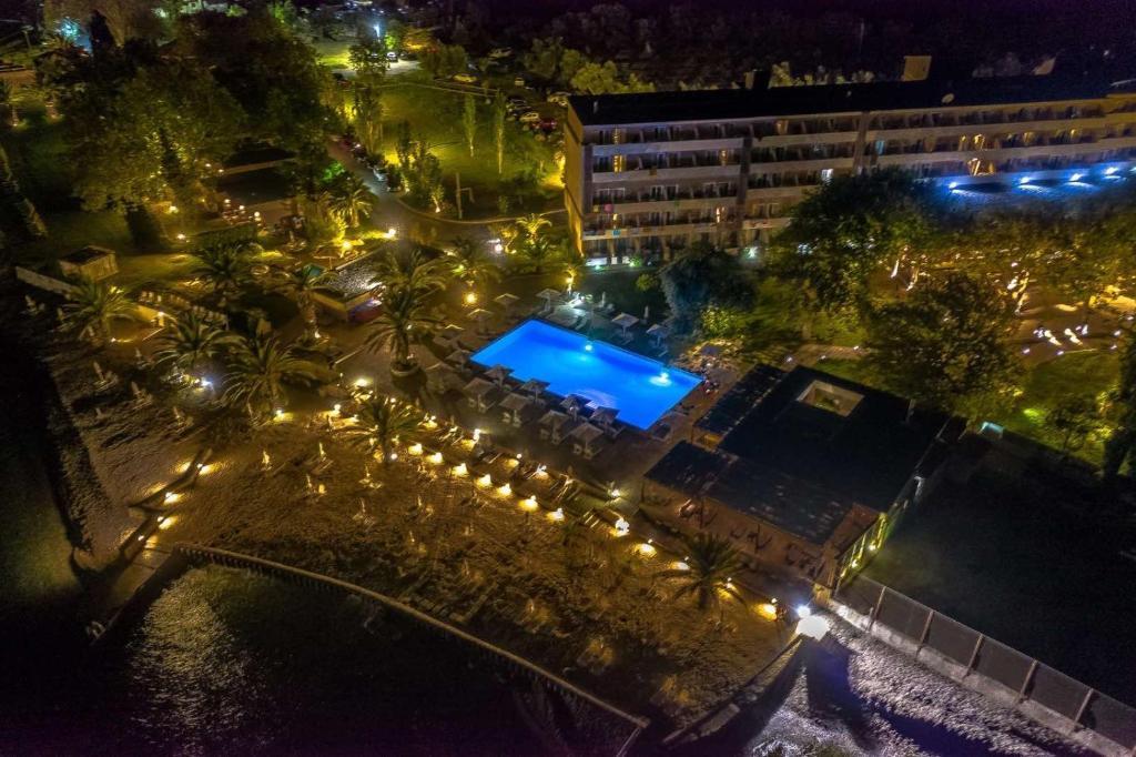 Вид на басейн у Long Beach Hotel & Resort або поблизу