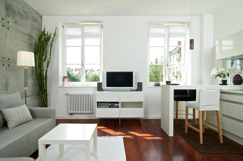 A television and/or entertainment centre at Cozy apartment pl.Solny