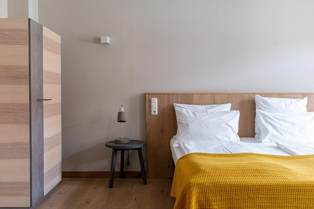 A bed or beds in a room at Hotel Stadthaus
