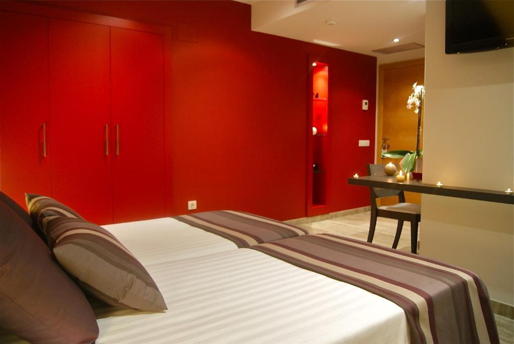 A bed or beds in a room at Restaurante y Alojamiento Can Mach