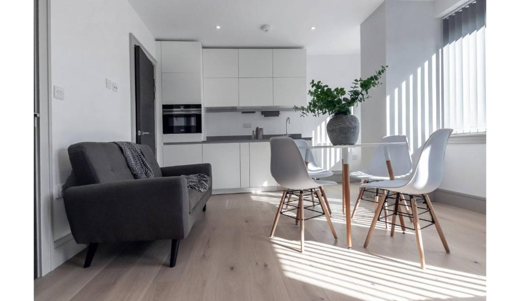 A seating area at Finchley Modern Studio Apartments M