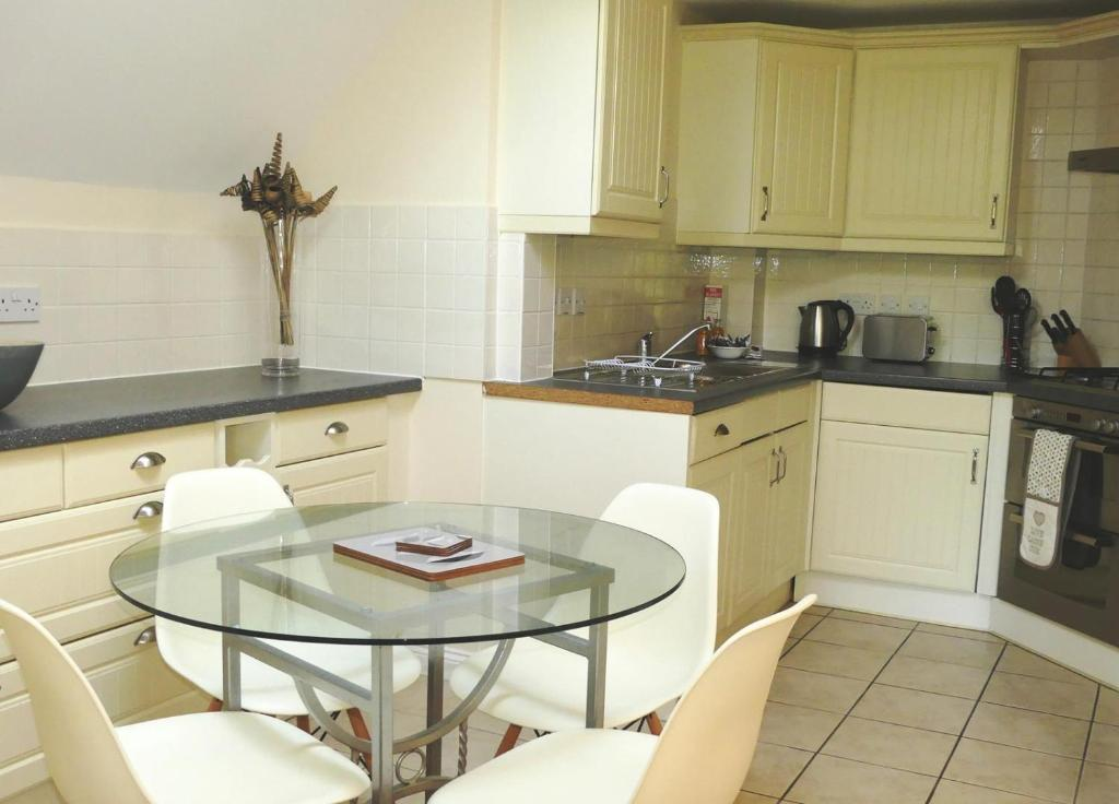 A kitchen or kitchenette at Westlands House, City Centre, Home-From-Home