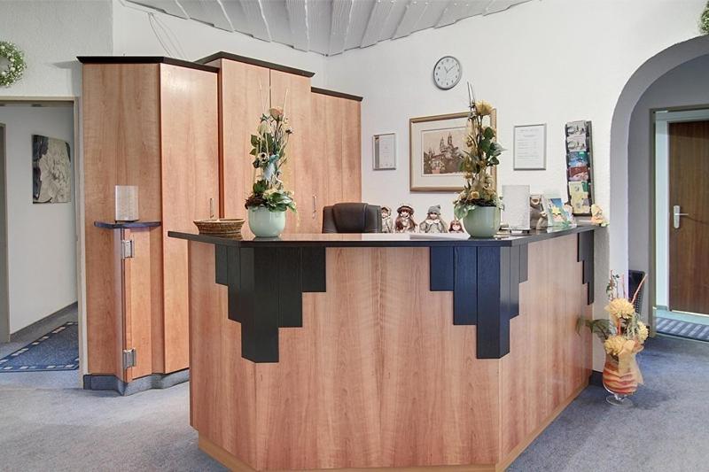 Lobby/Rezeption in der Unterkunft Hotel Hüttl - Garni