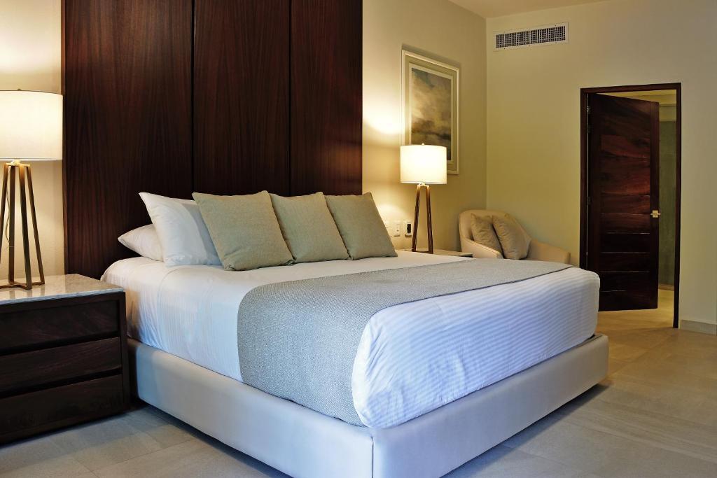 2 Bed 2 Bath, Luxury Condo at Playa Royale 4206, Nuevo Vallarta , Wi-fi
