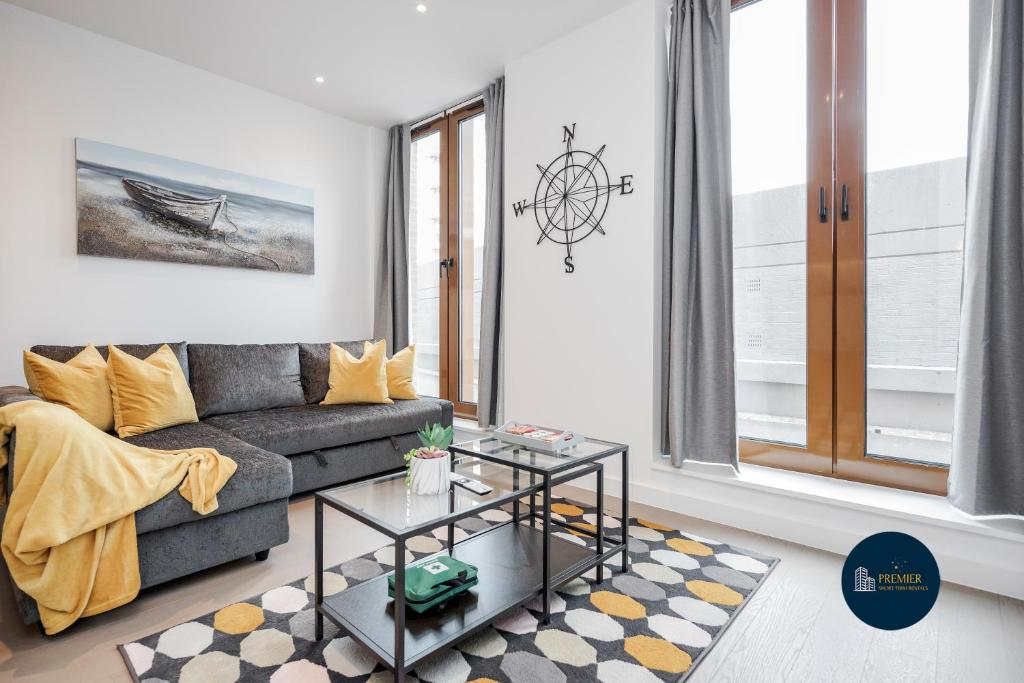 A seating area at St Albans City Thameslink, Luxury Apartments, GREAT LOCATION, Sleeps up to 6, Free Parking, Free WiFi & Movies, Direct link to London St Pancras, Gatwick & Luton Airports