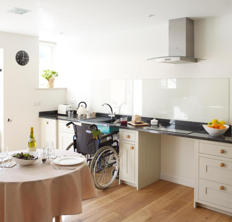 A kitchen or kitchenette at Manor Farm Courtyard Cottages