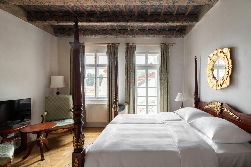 Кровать или кровати в номере Artisan Apartments