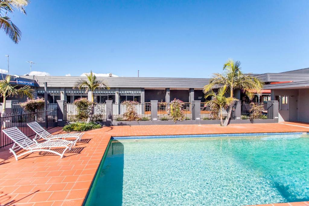 The swimming pool at or near Sunshine Motor Inn