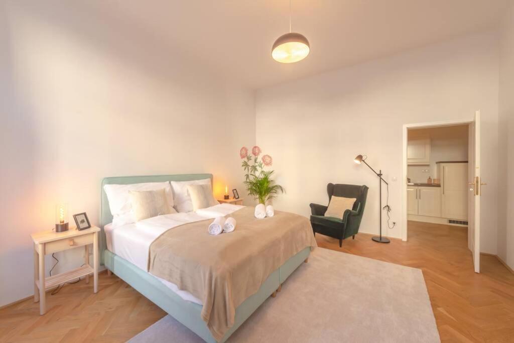Postel nebo postele na pokoji v ubytování BRAND-NEW SCHÖNBRUNN PALACE RESIDENCE