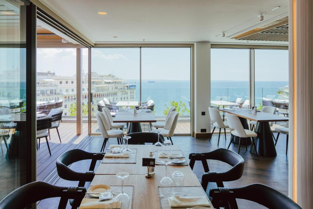A restaurant or other place to eat at Electra Palace Thessaloniki