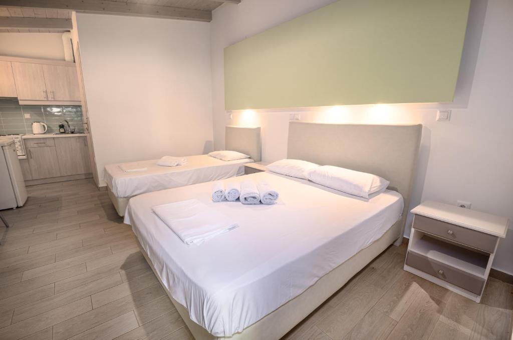 Кровать или кровати в номере Apartments Korakakis Beach