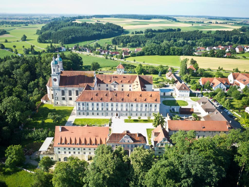 Blick auf Hotel Kloster Holzen aus der Vogelperspektive
