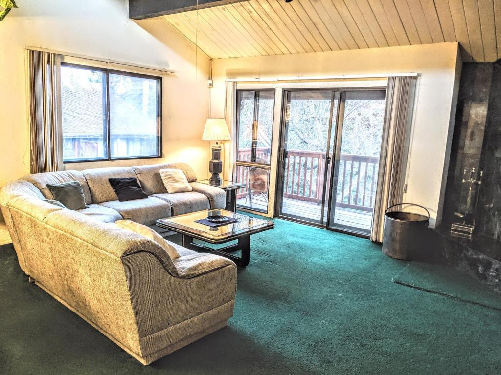 Two-Bedroom Deluxe Townhouse Unit #45 by Snow Summit Townhouses