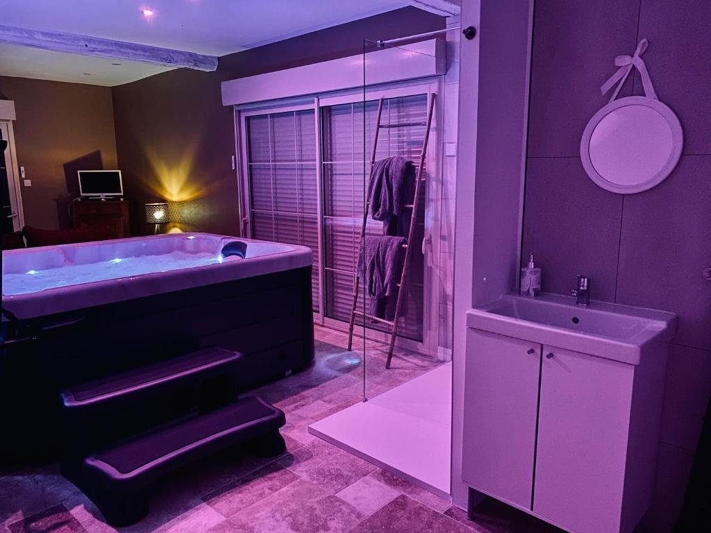 Chambre, Gîte avec spa jacuzzi sauna privatif ROM'ANTIK