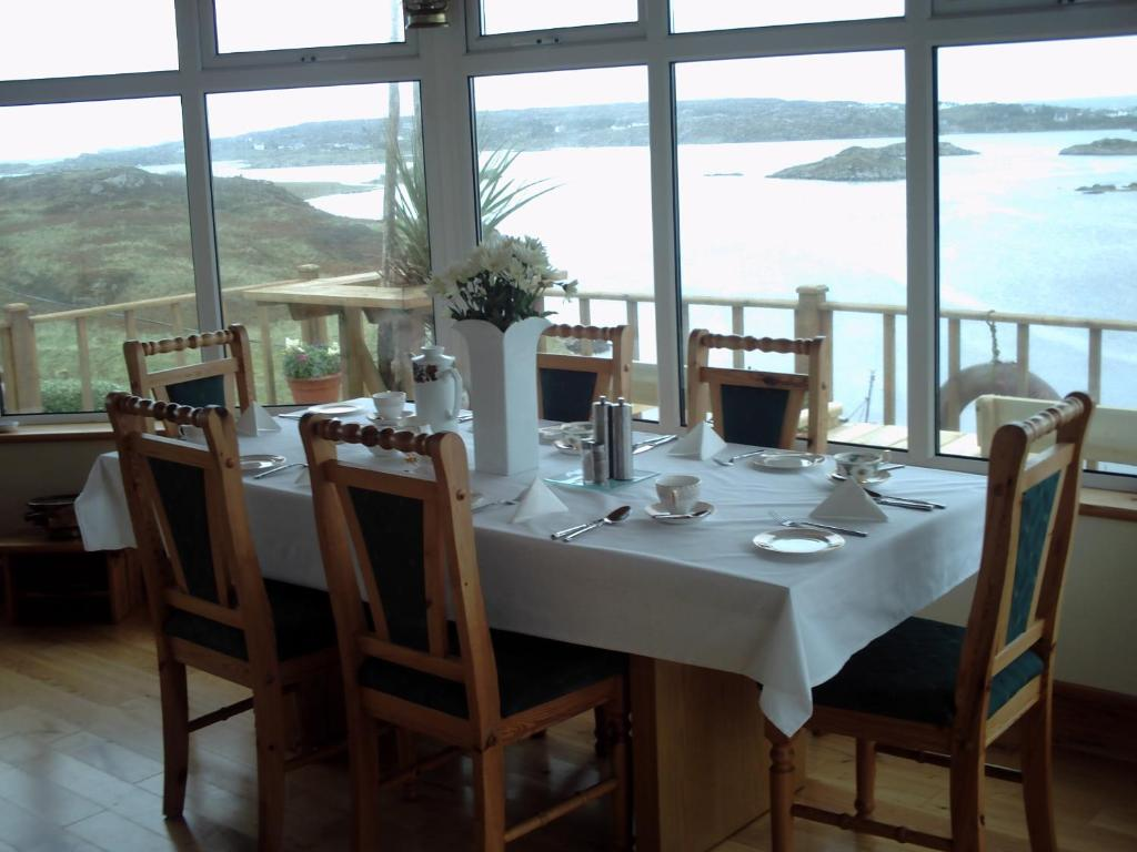 A restaurant or other place to eat at Teach Donncadh B&B