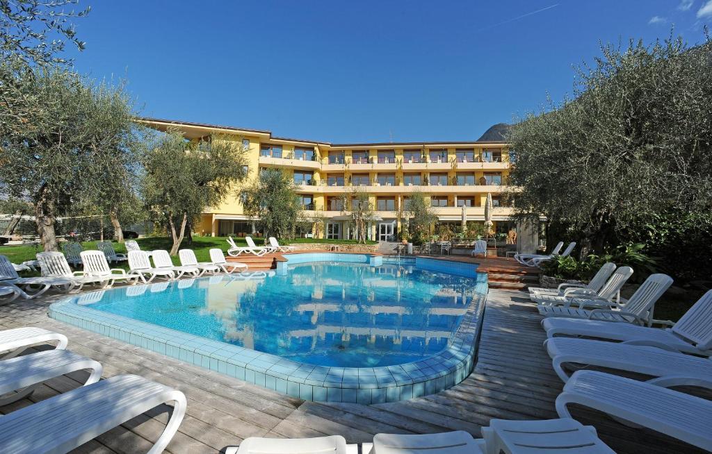 Bazén v ubytování Hotel Baia Verde nebo v jeho okolí