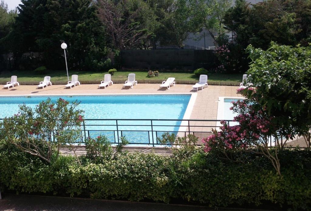 Vue sur la piscine de l'établissement Hôtel Residence Les Aiguades ou sur une piscine à proximité