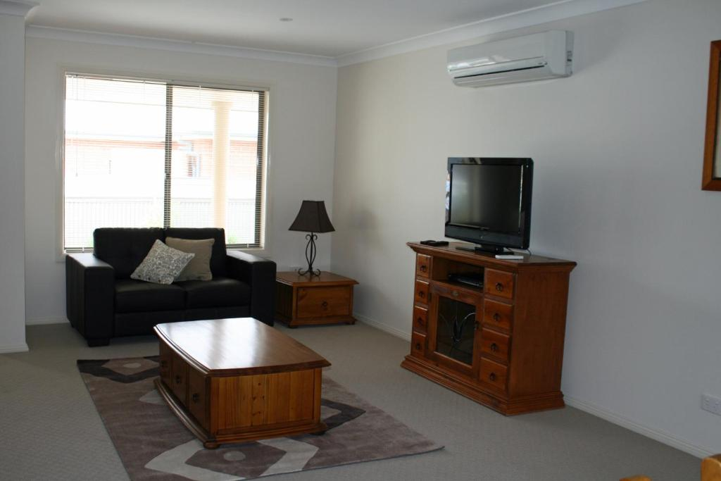 A seating area at Breakaway Apartments
